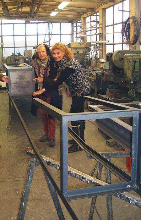 Die Künstlerinnen Marlies Poss und Blanka Wilchfort in der Schlosserei Wingert