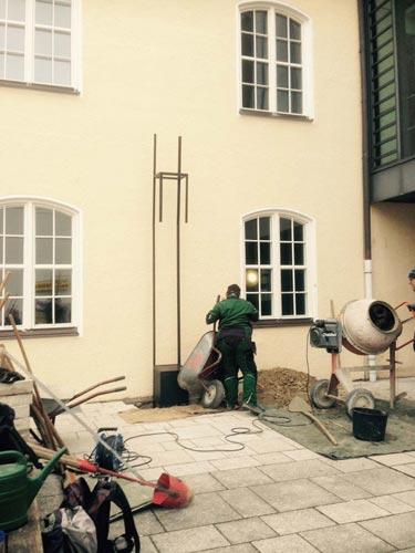 Vorbereitungen: Einbau der Skulptur am Pasinger Rathaus