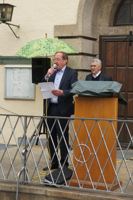 Klaus Herber, Vorstand des Kulturforums München-West, liest Eugen Roth