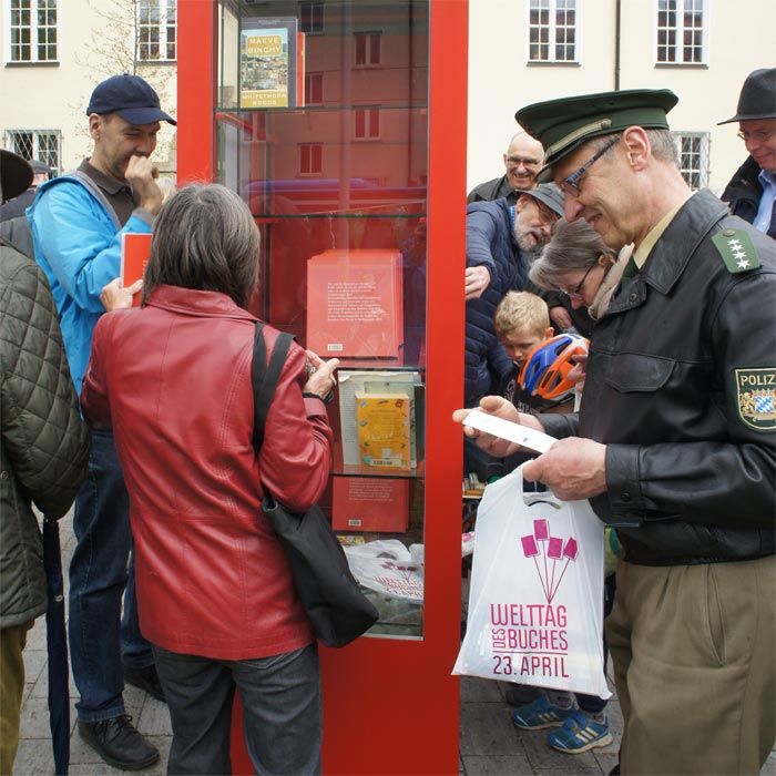 pünktlich zum Welttag des Buches wird der Pasinger Bücherschrank eröffnet